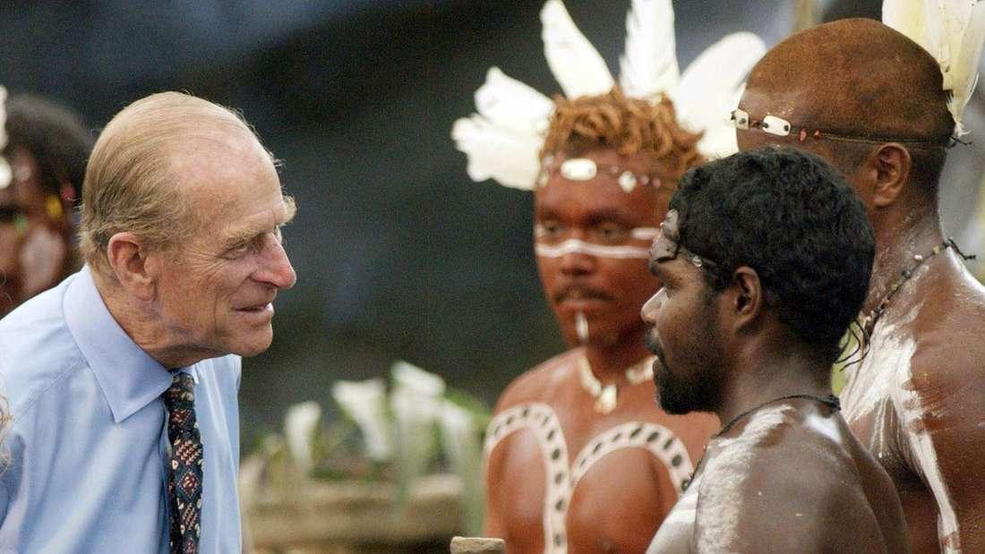 Prinz Philip spricht bei einem Besuch in Cairns mit Aboriginals.