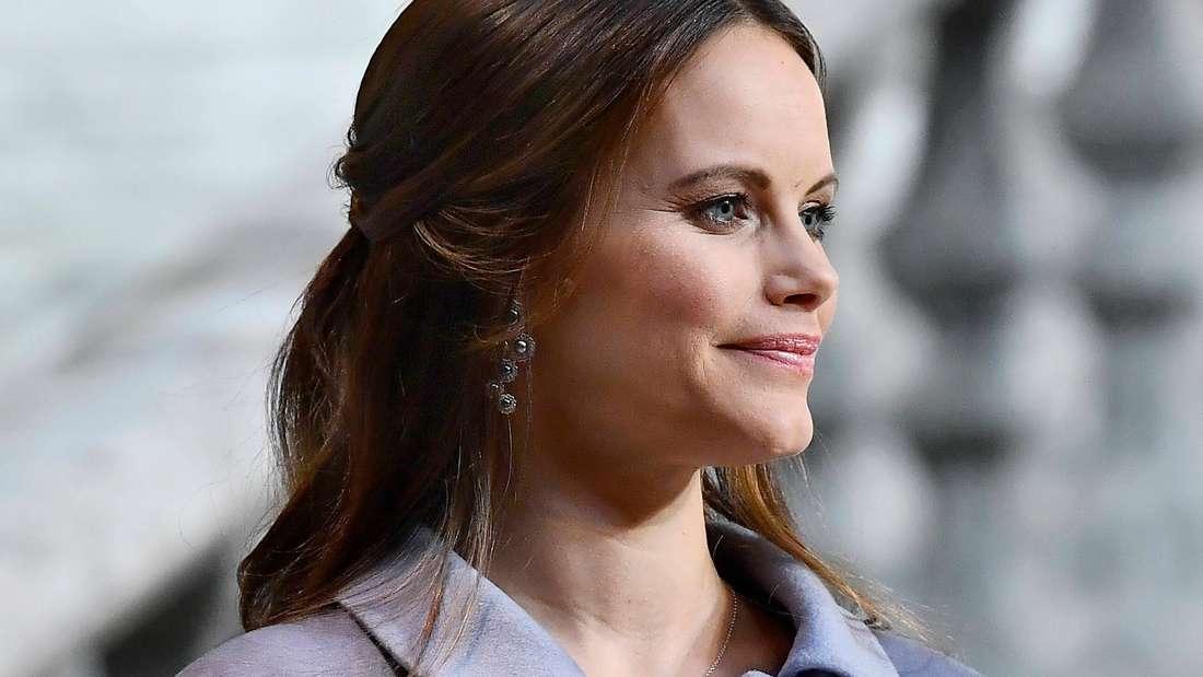 Prinzessin Sofia von Schweden trägt einen blauen Mantel.