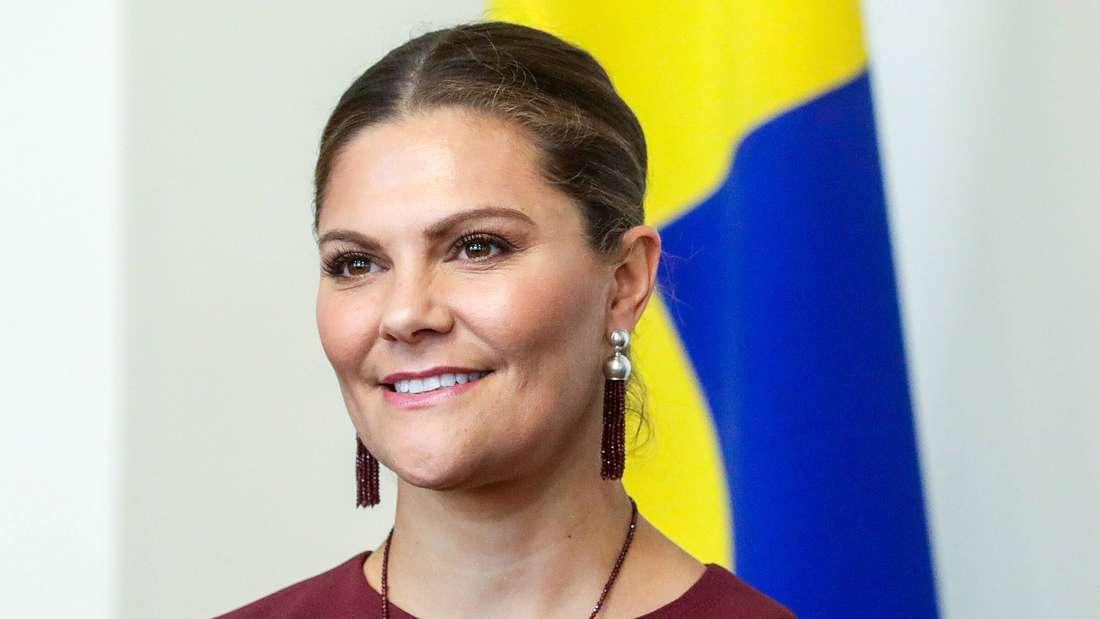 Victoria von Schweden trägt Ohrringe und Kette.