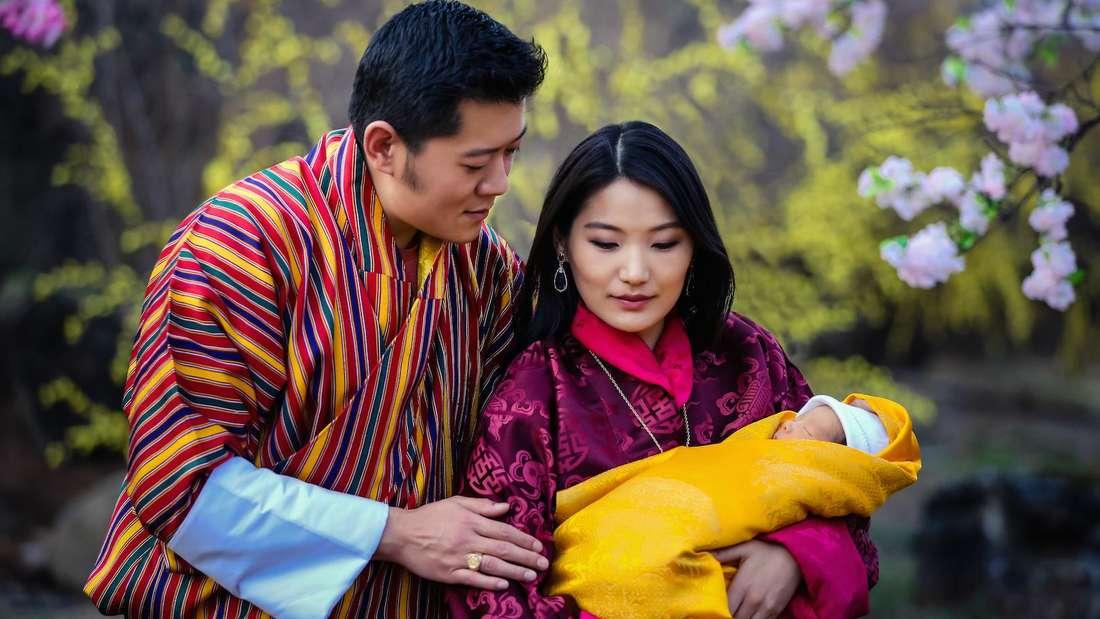 König Jigme und Königin Jetsun von Bhutan präsentieren den neugeborenen Kronprinzen.