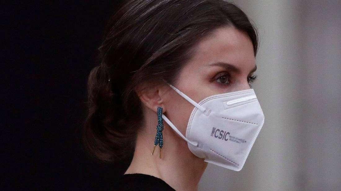 Königin Letizia von Spanien trägt petrolfarbene Ohrringe in Form von Schnürsenkeln.