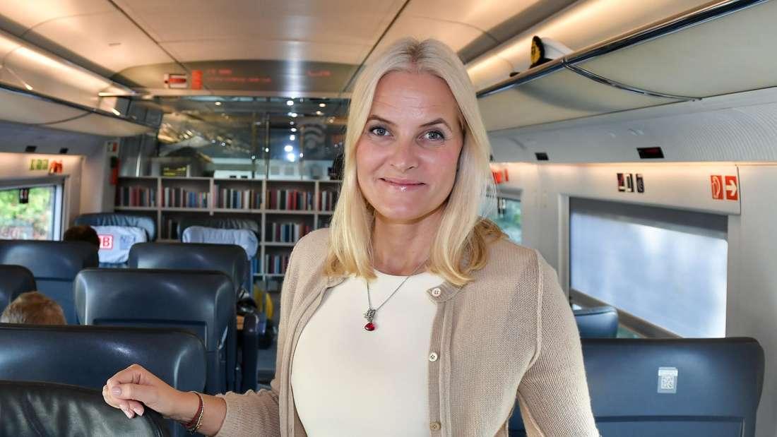 Kronprinzessin Mette-Marit steht auf dem Gang des Sonder-Literaturzuges der Deutschen Bahn und posiert für Fotografen.