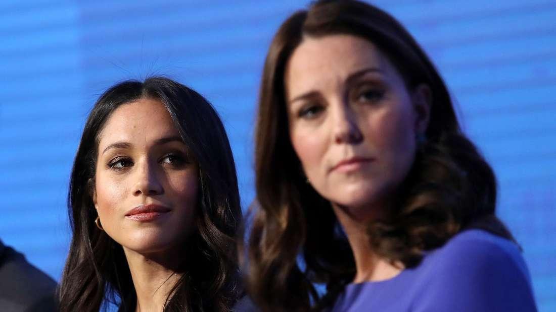 Herzogin Meghan sitzt neben ihrer Schwägerin Herzogin Kate.