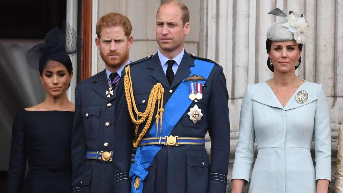 Herzogin Meghan, Prinz Harry, Prinz William und Herzogin Catherine stehen nebeneinander