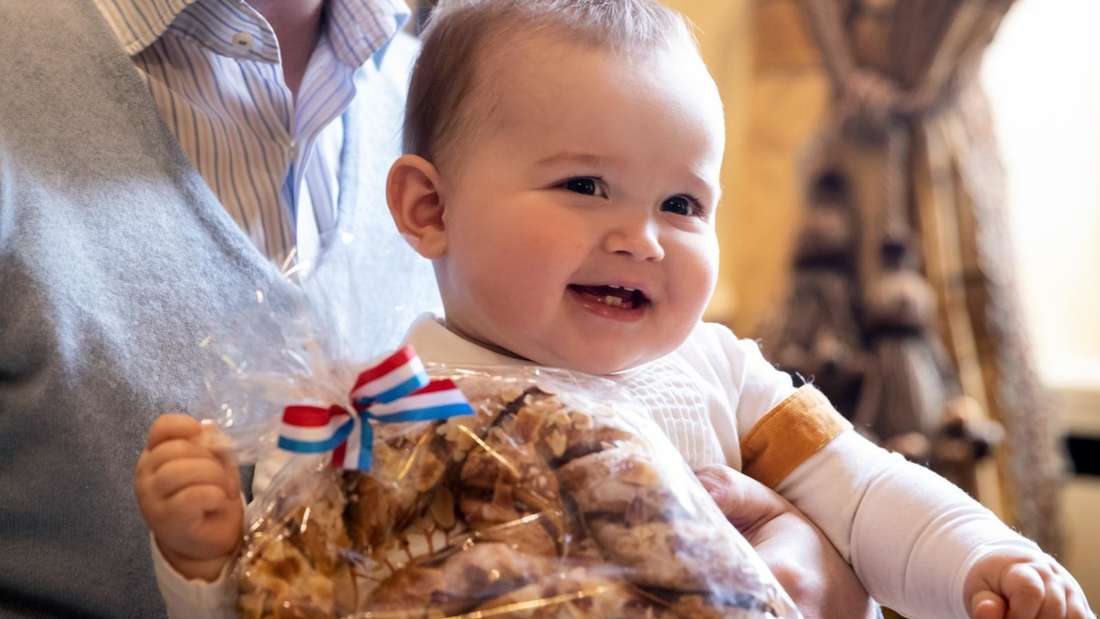 Prinz Charles von Luxemburg hält eine Brezel in der Hand