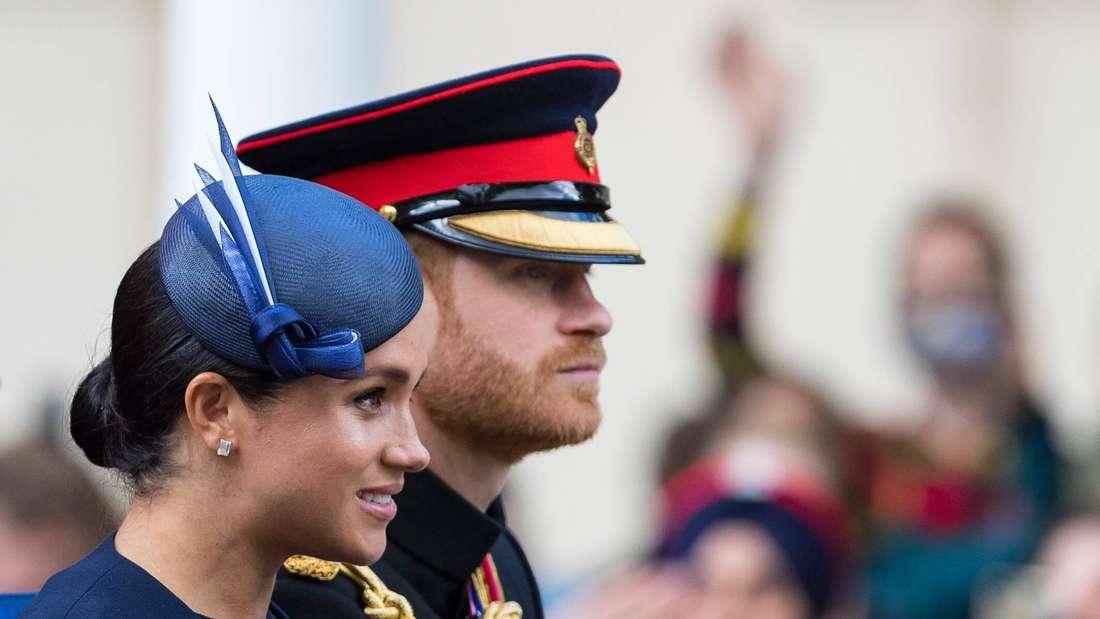 Herzogin Meghan sitzt neben Prinz Harry in einer Kutsche