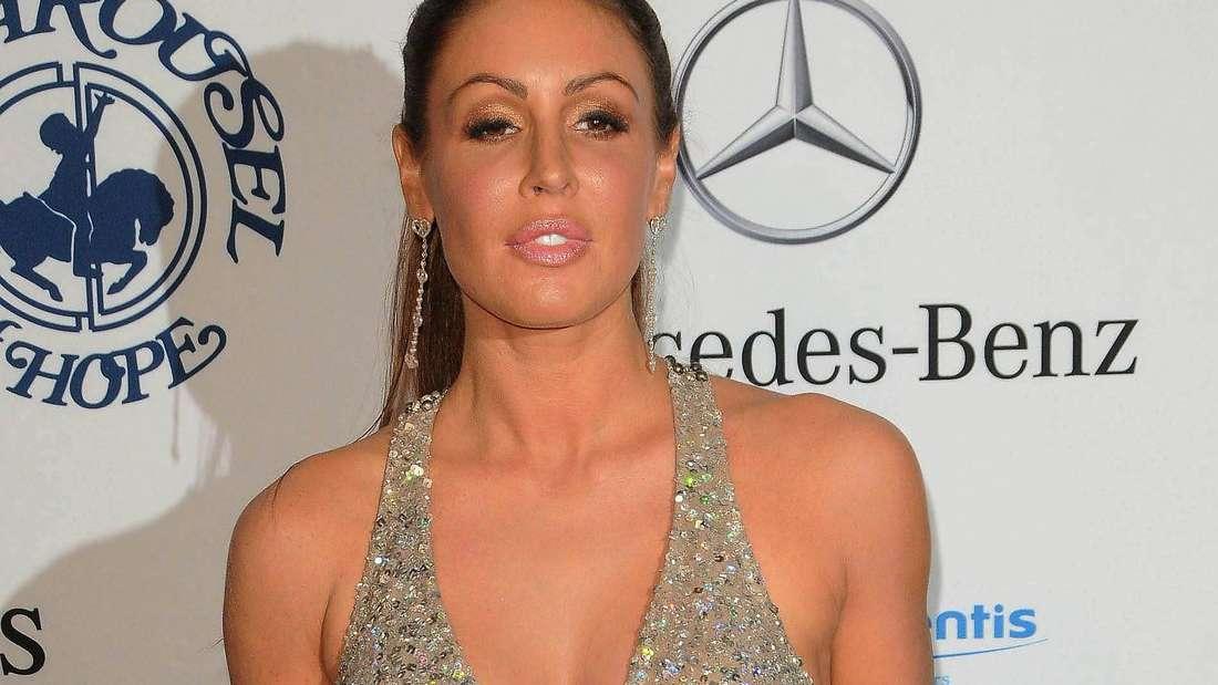 Rachel Uchitel trägt ein silbernes Abendkleid und posiert für Fotografen.