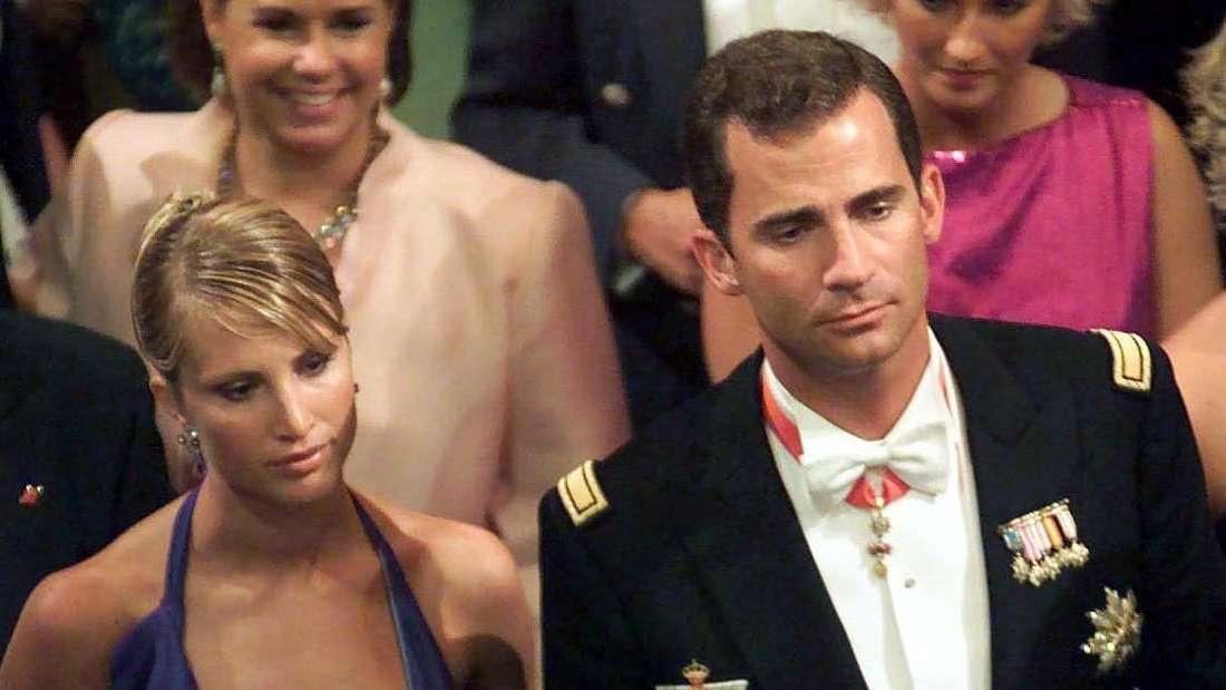 Eva Sannum und Felipe von Spanien stehen festlich gekleidet nebeneinander zwischen anderen Personen.