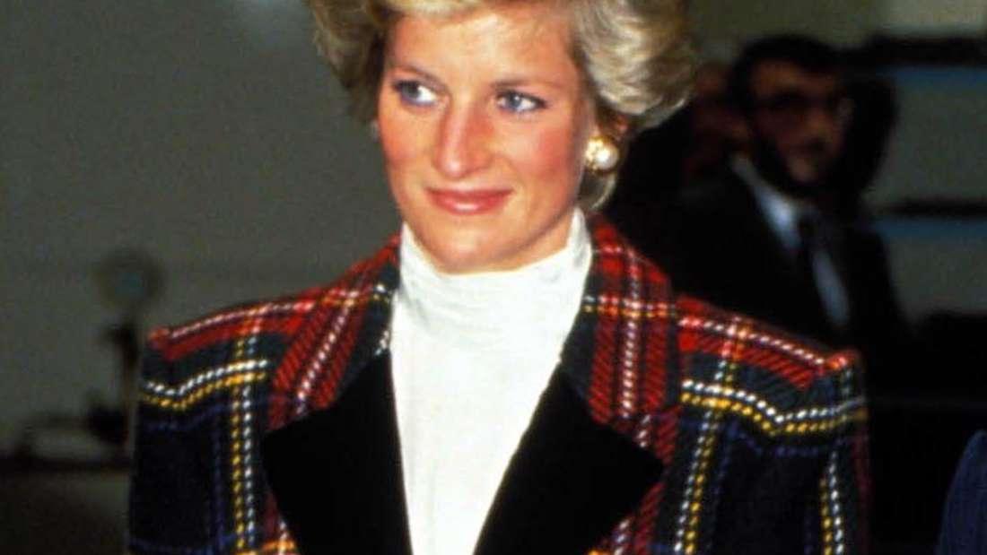 Prinzessin Diana trägt ein Kostüm mit Karomuster.