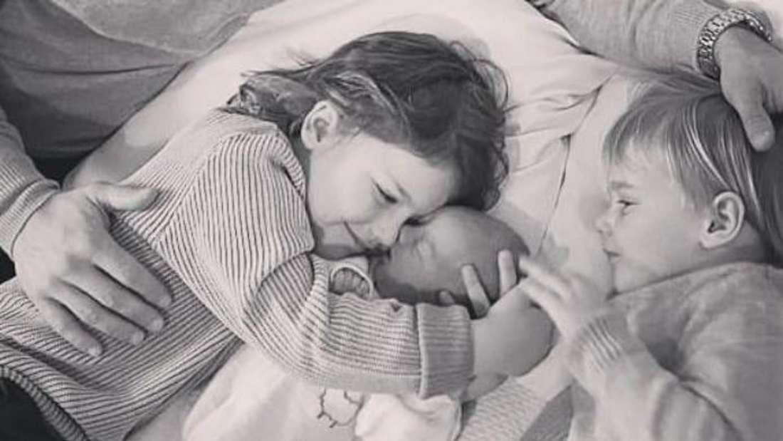 Prinz Alexander und Prinz Gabriel von Schweden kuscheln mit ihrem neugeborenen Bruder Prinz Julian.