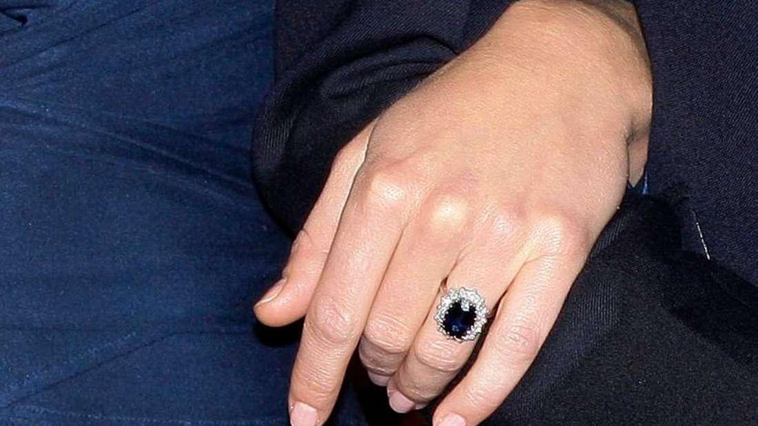 Die Hand von Kate Middleton mit ihrem Verlobungsring