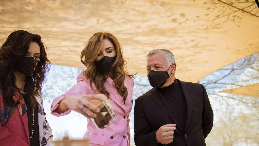 Königin Rania von Jordanien steht neben ihrem Mann König Abdullah II.