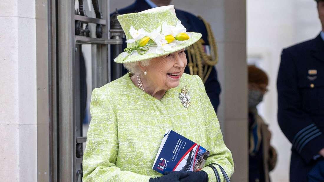 Queen Elizabeth II. trägt einen hellgrünen Mantel mit passendem Hut und lächelt.