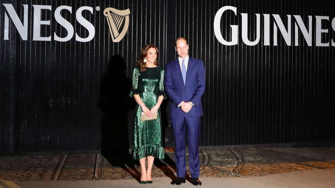 Herzogin Kate und Prinz William besuchen die Guinness-Brauerei und posieren für Fotografen vor dem Gebäude.