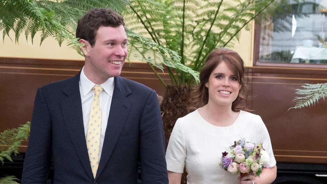 Jack Brooksbank steht neben seiner Frau Prinzessin Eugenie.