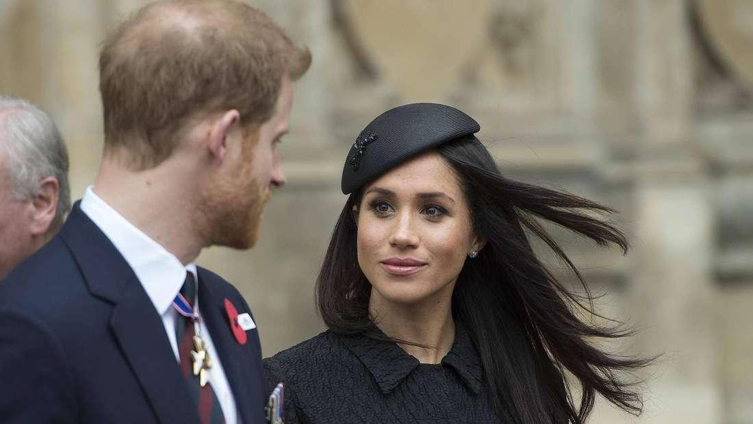 Herzogin Meghan schaut ihren Mann Prinz Harry an.