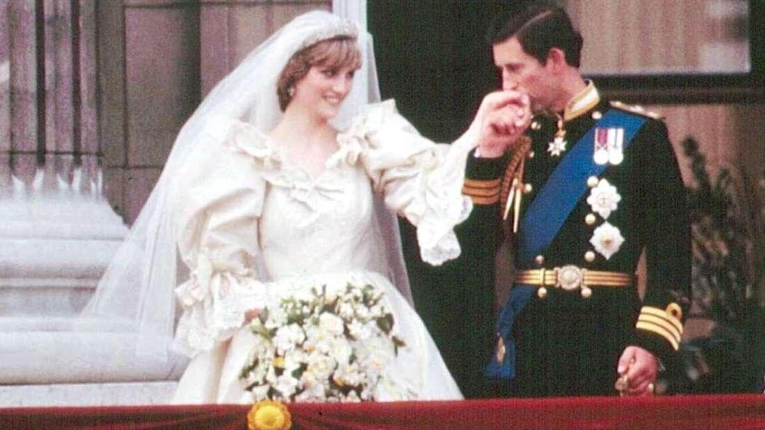 Prinz Charles küsst die Hand seiner Braut Prinzessin Diana.