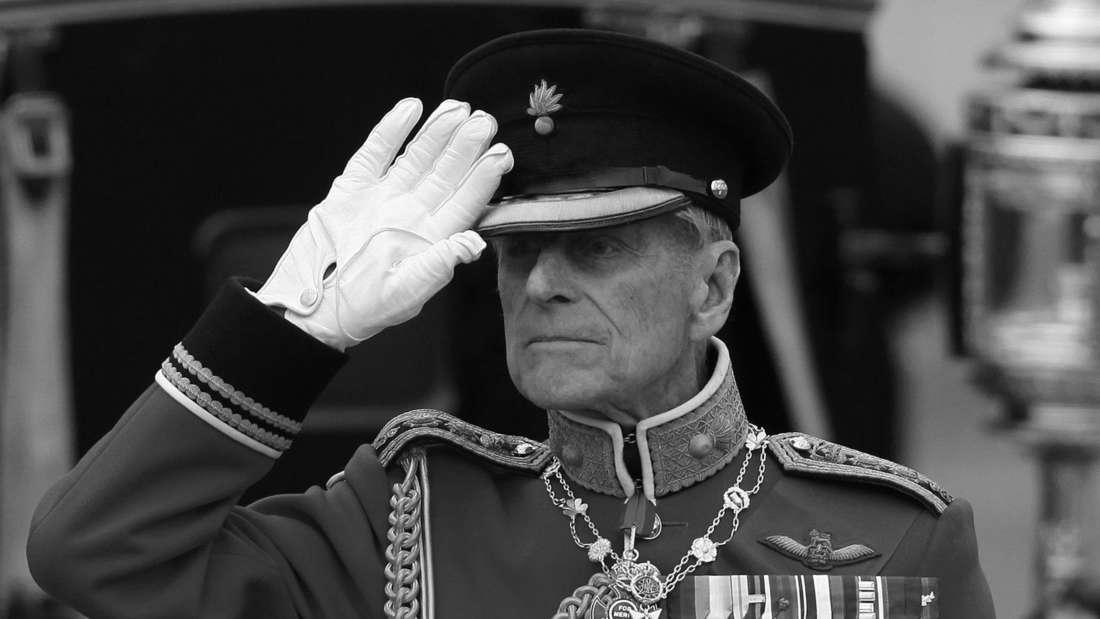 Prinz Philip traegt seine Uniform und salutiert.