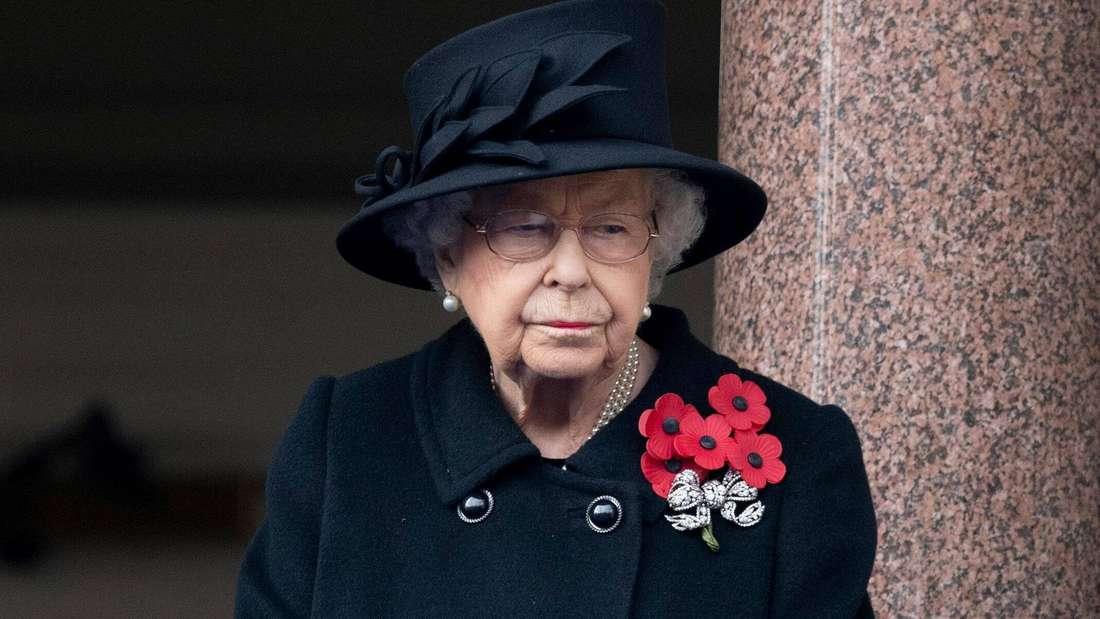 Queen Elizabeth II ist in Schwarz gekleidet und blickt traurig nach unten (Symbolbild).