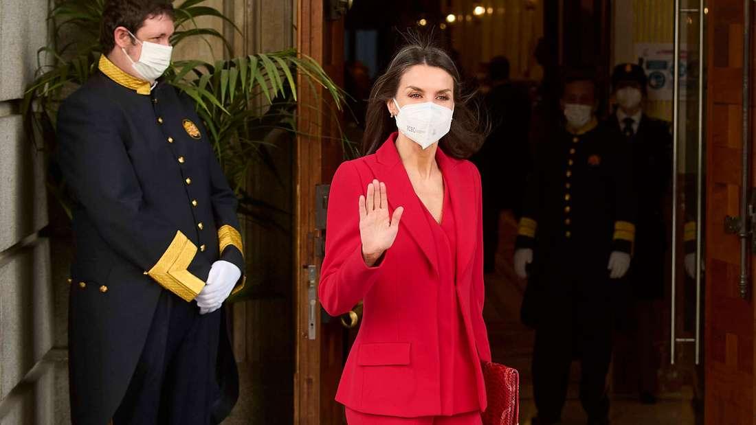 Königin Letizia von Spanien trägt einen roten Hosenanzug und winkt vor dem Abgeordnetenhaus in Madrid.