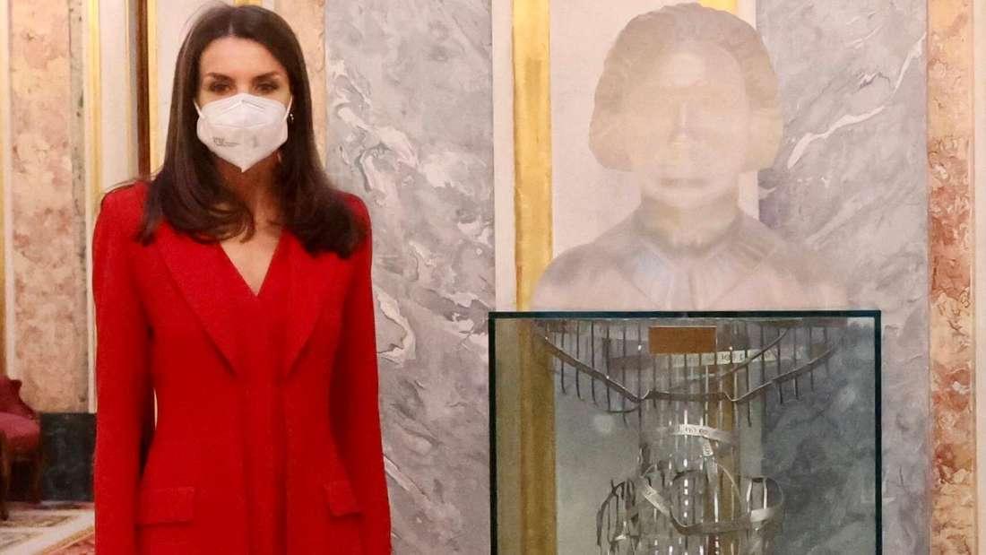 Königin Letizia steht neben einer Gedenkskulptur für Clara Campoamor.