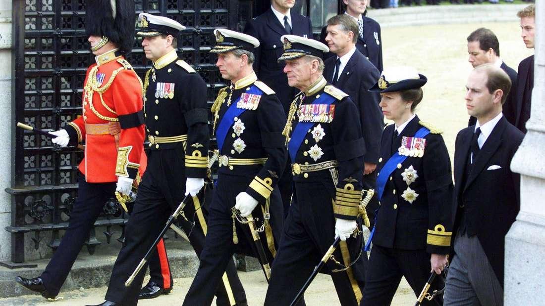Prinz Andrew, Prinz Charles, Prinz Philip und Prinzessin Anne (von links) folgen dem Trauerzug der Königinmutter im Jahre 2002 voll uniformiert durch London.