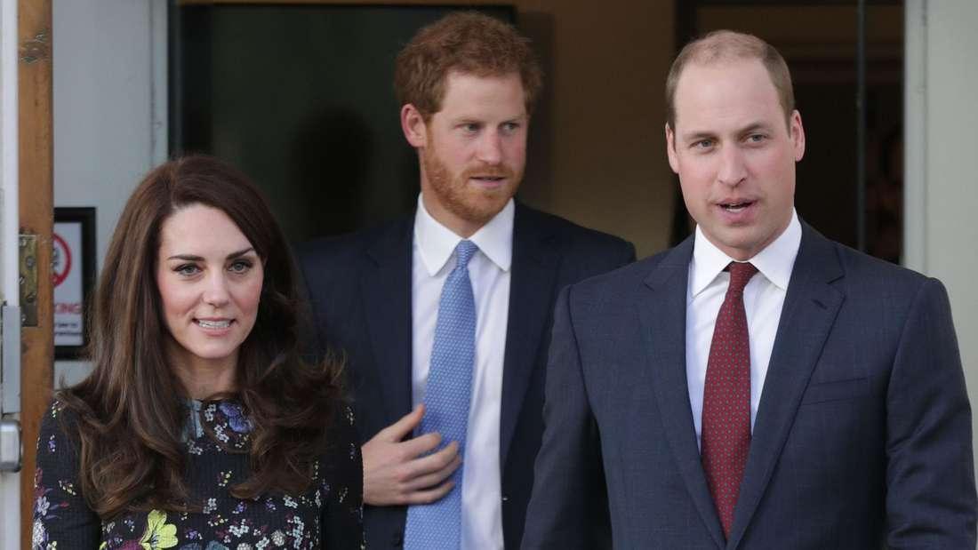 Herzogin Kate steht neben Prinz Harry und Prinz William