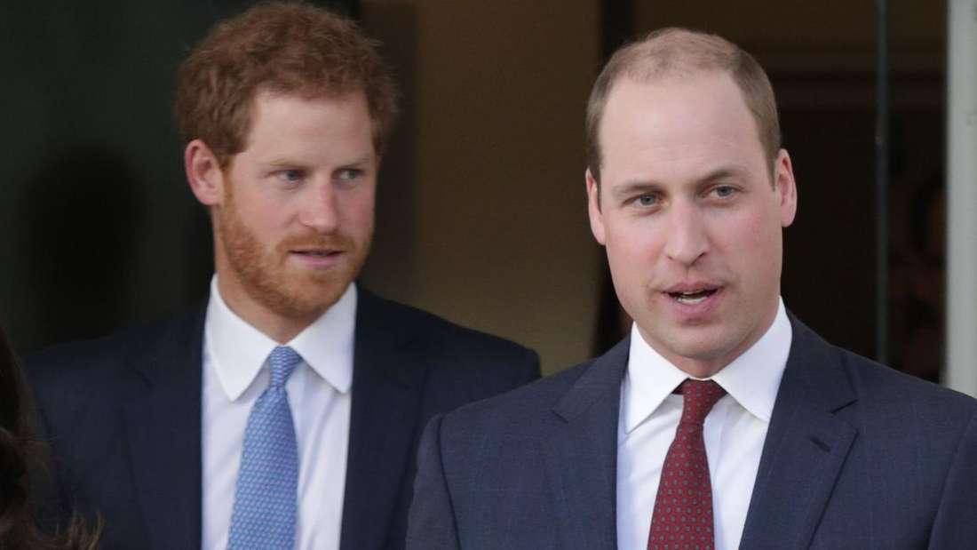 Prinz Harry steht hinter seinem Bruder Prinz William.