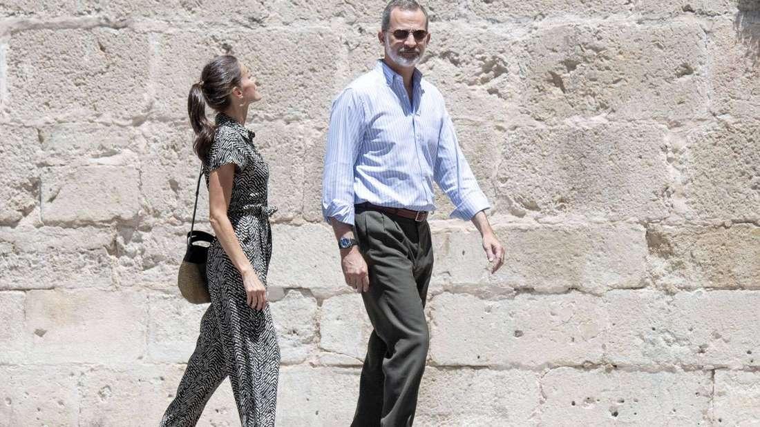 Königin Letizia läuft hinter ihrem Ehemann Felipe her.