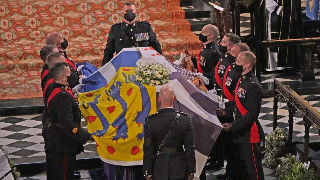 Prinz Philips Sarg wird in die St. George's Chapel gebracht.