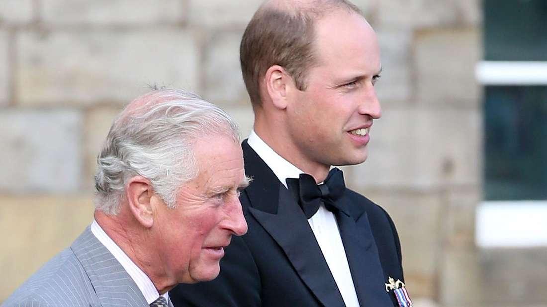 Prinz William steht neben seinem Vater Prinz Charles.