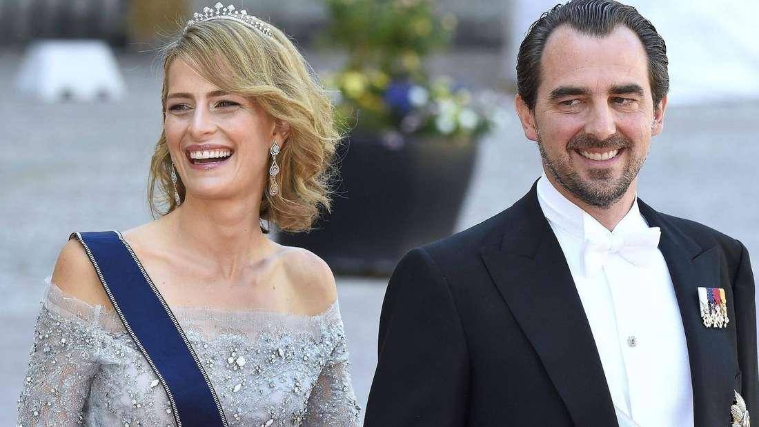 Prinzessin Tatiana und Prinz Nikolaos laufen eingehakt nebeneinander her.