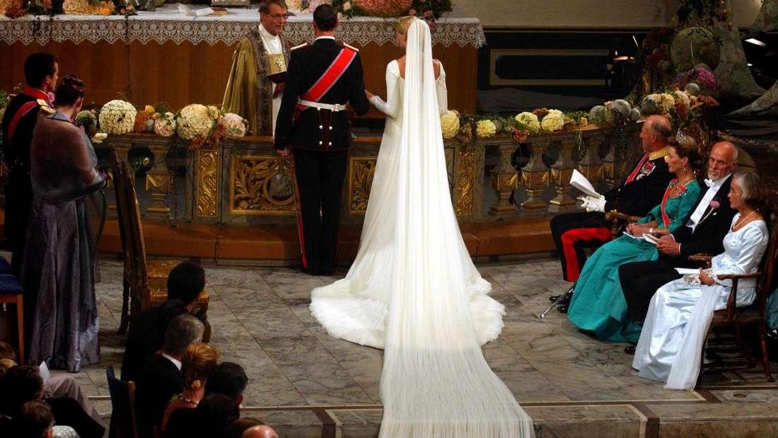 Mette-Marit und Kronprinz Haakon stehen vor dem Altar.