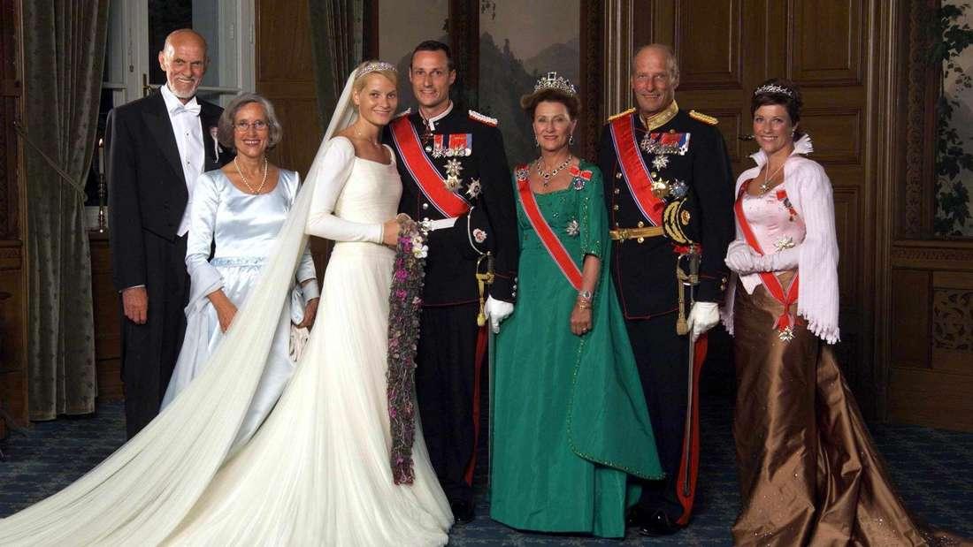 Mette-Marit und Kronprinz Haakon posieren nach ihrer Hochzeit mit ihren Familien für ein Foto.