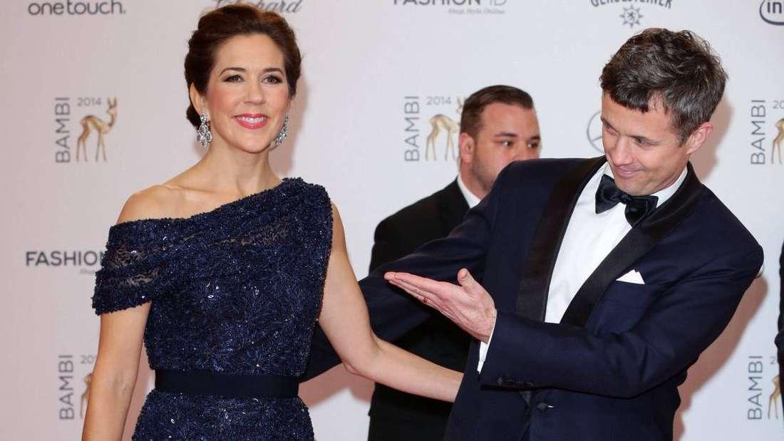 Kronprinzessin Mary und Kronprinz Frederik stehen nebeneinander auf dem Roten Teppich