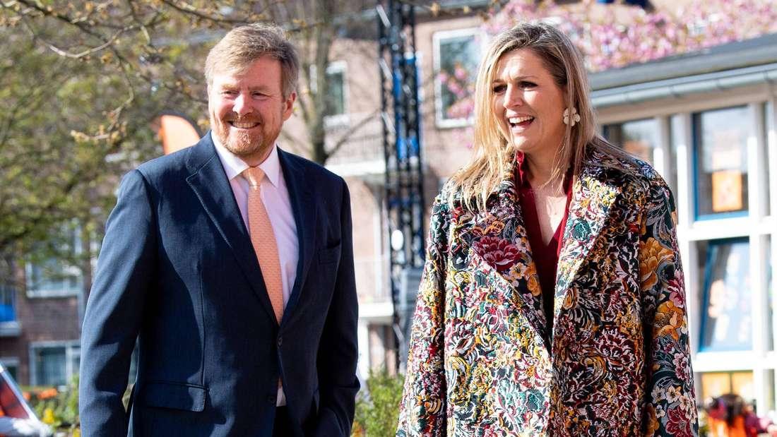 König Willem-Alexander und Königin Máxima stehen lachend nebeneinander (Symbolbild).