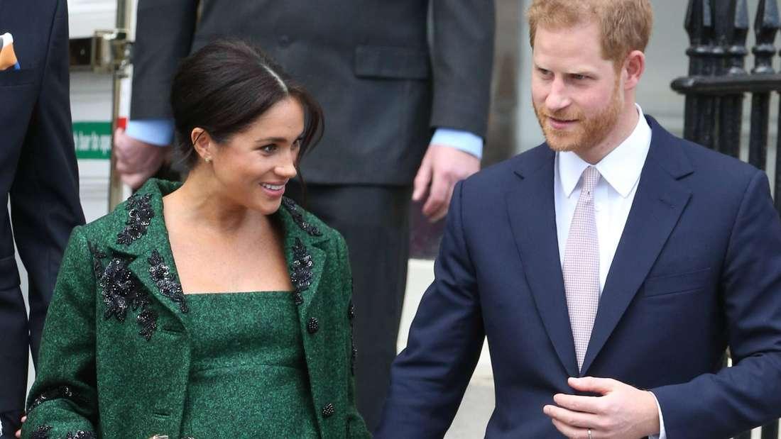 Herzogin Meghan und Prinz Harry halten Händchen.