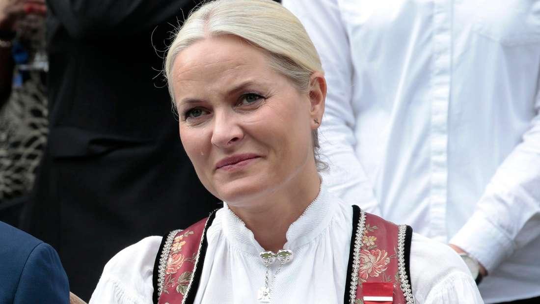 Kronprinzessin Mette-Marit trägt norwegische Tracht und sieht traurig aus.