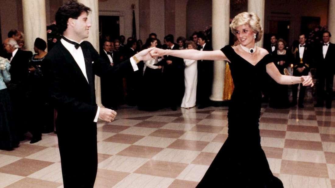 John Travolta und Prinzessin Diana tanzen miteinander.