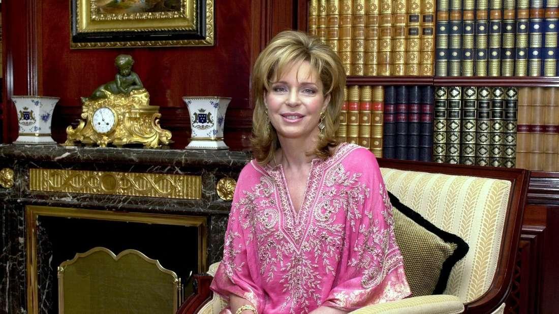 Königin Nur sitzt auf einem Sessel anlässlich der Veröffentlichung ihre Memoiren