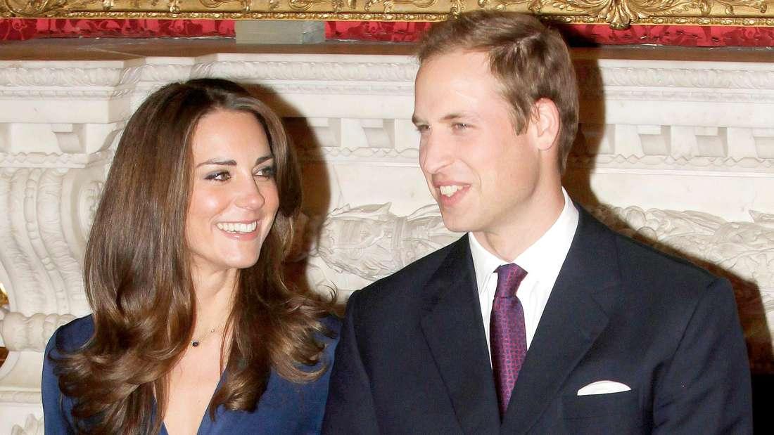 Herzogin Kate und Prinz William stehen bei der Pressekonferenz zur Verlobung nebeneinander.
