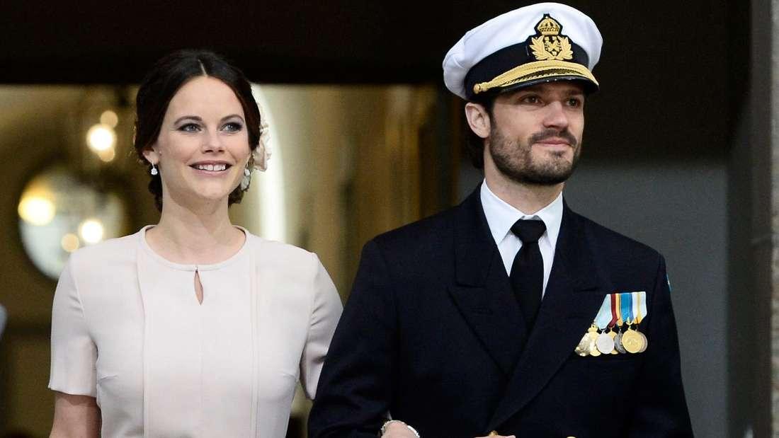 Prinzessin Sofia und Prinz Carl Philip laufen eingehakt nebeneinander her (Symbolbild).