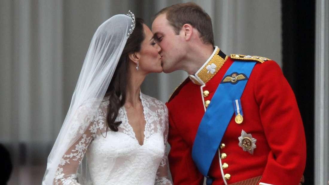 Herzogin Kate und Prinz William küssen sich nach ihrer Hochzeit auf dem Balkon des Buckingham-Palastes.