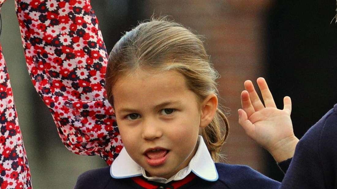 Prinzessin Charlotte winkt bei ihrer Einschulung freundlich in die Kamera