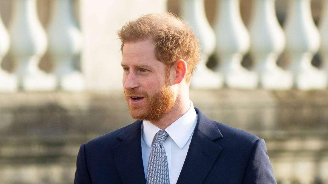 Prinz Harry blickt zur Seite und gestikuliert mit den Händen (Symbolbild).
