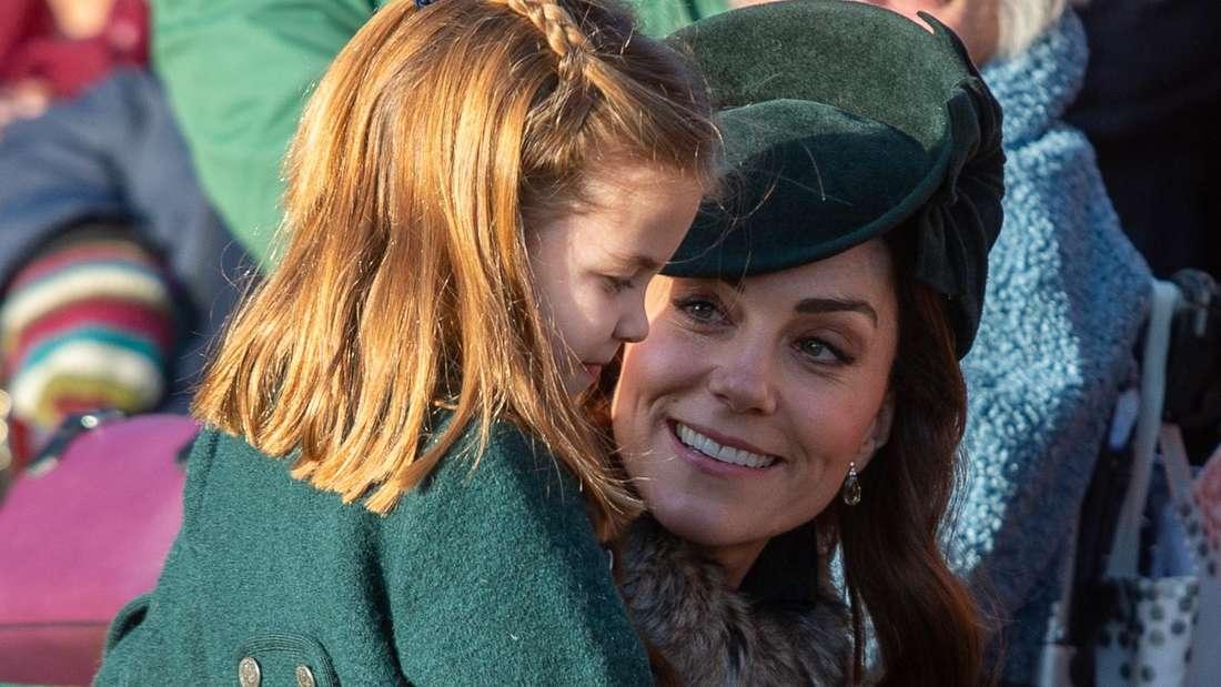 Herzogin Kate nimmt ihre Tochter Prinzessin Charlotte in den Arm.