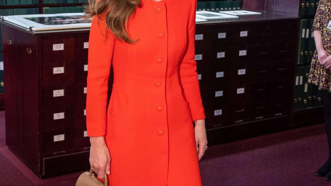 Herzogin Kate trägt ein rotes Mantelkleid beim Besuch der National Portrait Gallery