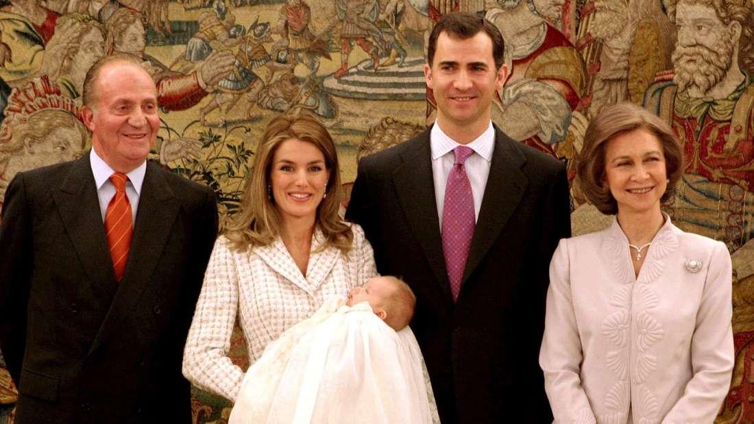 König Juan Carlos I., Königin Letizia, König Felipe VI. und Königin Sofía bei der Taufe von Leonor von Spanien