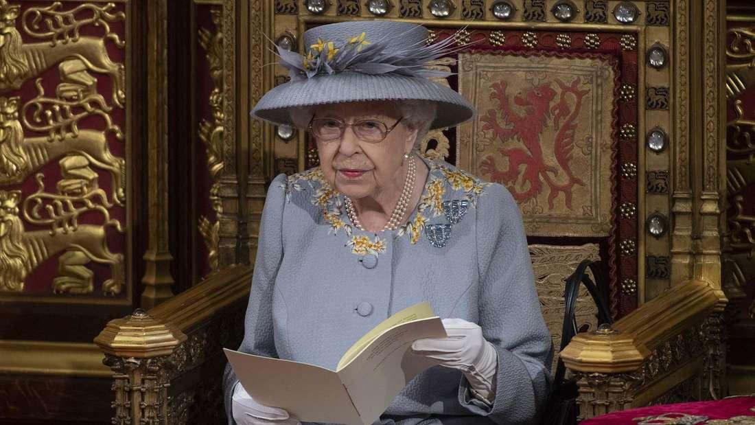 Queen Elizabeth II. sitzt auf dem Thron und verliest die Rede zur Parlamentseröffnung.
