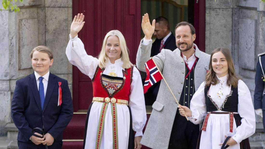 Prinz Sverre Magnus, Kronprinzessin Mette-Marit, Kronprinz Haakon und Prinzessin Ingrid Alexandra stehen am Nationalfeiertag nebeneinander.
